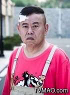 裴光明(潘长江饰演)