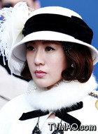 敏子(康华饰演)